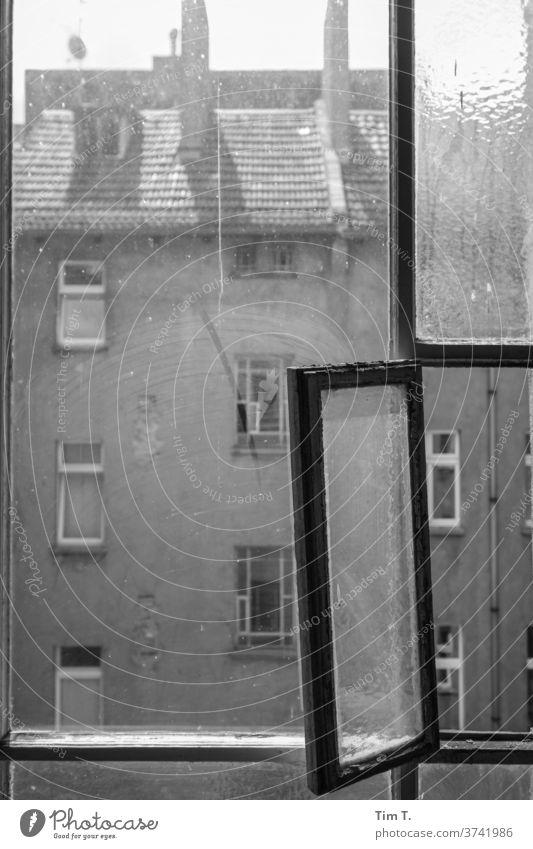 Fenster zum Hof Berlin Architektur Haus Fassade Gebäude Stadt Menschenleer Hauptstadt Stadtzentrum Tag Verfall Altbau Vergangenheit Altbauwohnung Hinterhof