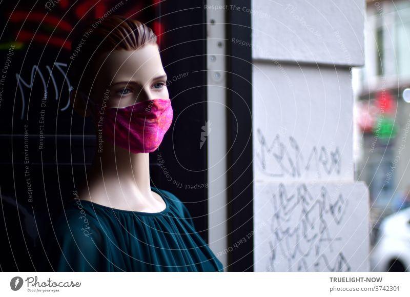 corona thoughts   Bleiches, lebloses Model in dunkelgrüner Samt Bluse mit glatt nach hinten gekämmten Haaren und einer roten Mund-Nase-Bedeckung steht in einer Toreinfahrt am Hackeschen Markt in Berlin-Mitte
