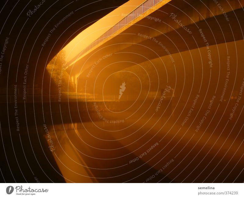 Nebelbrücke Brücke Stadt weich braun gold ruhig geheimnisvoll Traurigkeit verpackt undurchsichtig trüb mystisch Wasseroberfläche Schatten Gedeckte Farben