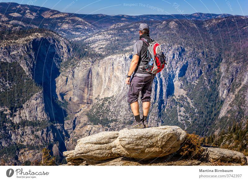 Rucksacktour im Yosemite-Nationalpark, Mann genießt die Aussicht Wanderung yosemite Rucksacktourismus Aussichtspunkt Urlaub Kaukasier Gletscherspitze