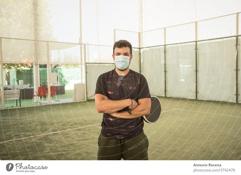 Paddle-Tennisspieler mit Operationsmaske Mann Paddeltennis Padel Sport männlich Männer Lebensstile stehen Pose attraktiv Gesicht Mundschutz Erwachsener