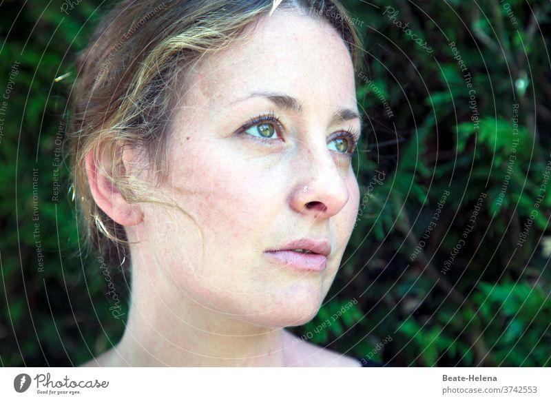 gedankenverloren: junge Frau träumt von der Zukunft träumen nachdenklich Sehnsucht Zuversicht Optimismus hübsch Porträt melancholisch verträumt Gesicht Licht
