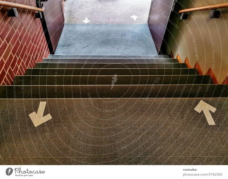 Orientierung im  Treppenhaus, Pfeile Menschenleer Detailaufnahme Innenaufnahme aufwärts trist grau Zeichen Wand Tag einfach Ausgang richtungweisend