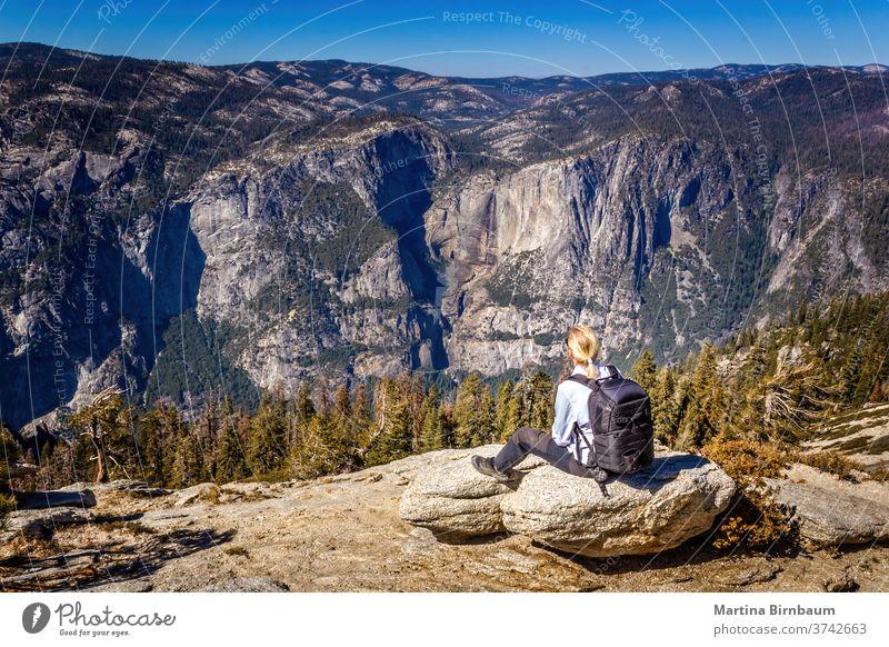 Rucksacktour im Yosemite-Nationalpark, Frau genießt die Aussicht Wanderung yosemite Rucksacktourismus Aussichtspunkt Urlaub Kaukasier Gletscherspitze