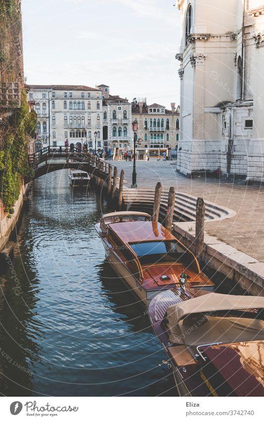 Ein Kanal mit Booten und einer brücke in Venedig Brücke Stadt Altstadt Italien Wasser Wasserfahrzeug Hafenstadt Sehenswürdigkeit
