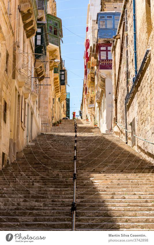 Straße von Valleta, der Hauptstadt von Malta. Stadtbild an einem sonnigen Tag. Architektur Bucht blau Gebäude Kapital Kathedrale Kirche Großstadt Dom Europa