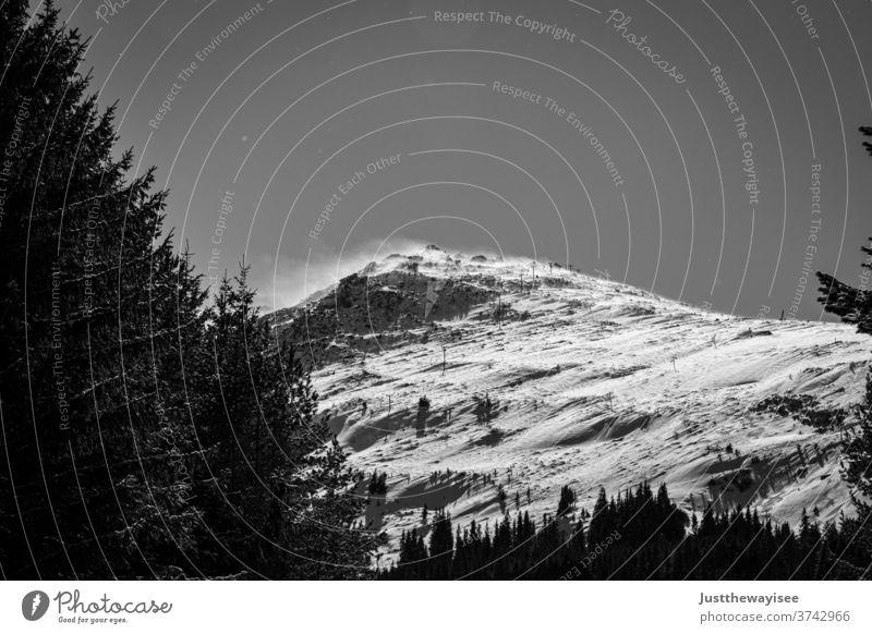 Vitoscha-Gebirge in Sofia Schnee Winter Berge u. Gebirge Landschaft Wald Natur Baum kalt Himmel Bäume weiß Eis Saison Frost Weihnachten Wolken verschneite Nebel