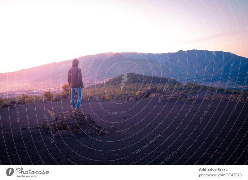Einsamer Reisender im Hochlandtal spektakulär Landschaft Berge u. Gebirge Ambitus bewundern Tal einsam genießen Tourist reisen malerisch Abenteuer Freiheit