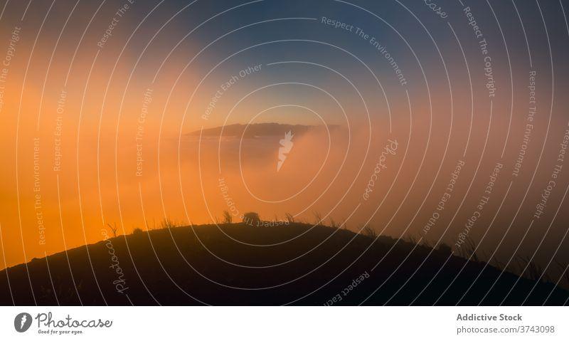Nebliger Hügel bei Sonnenuntergang im Sommer Hochland Landschaft Nebel prunkvoll Berge u. Gebirge malerisch dick Natur Windstille friedlich atemberaubend Abend