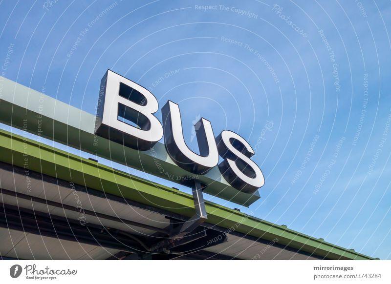 großes weißes physisches Busschild alle Großbuchstaben schreiben Busbahnhof Transportstation Bus-Zeichentyp Bushaltestelle Unternehmen Business Logo Außenseite