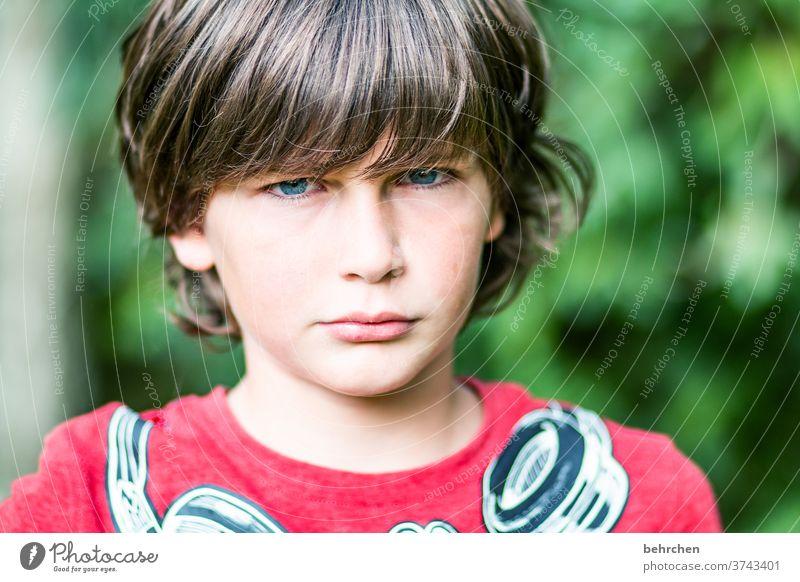 da ham wir den salat | kind ist sauer wütend Wut ärgerlich böse ernst Sohn Familie & Verwandtschaft Sonnenlicht Porträt Kontrast Licht Gesicht Junge Kindheit