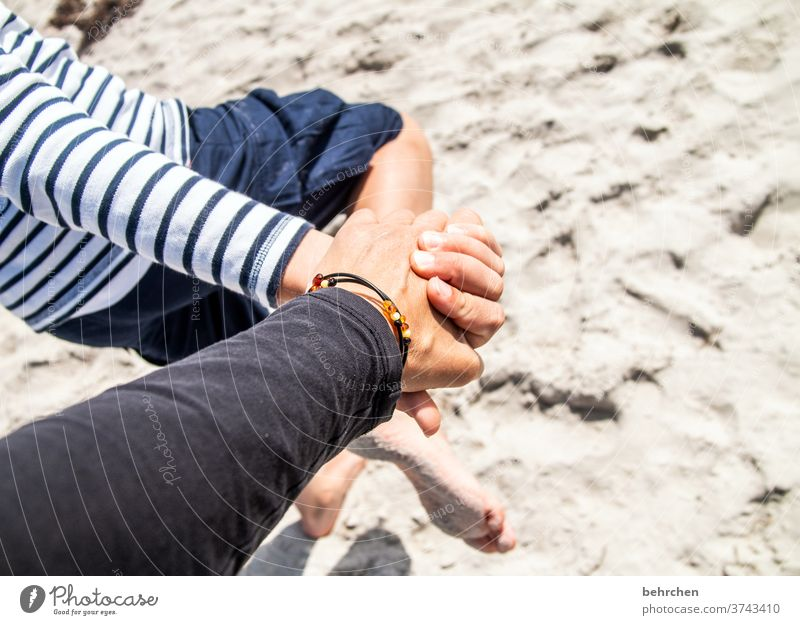 hand in hand im sand Bernstein Strand Liebe Hand in Hand Familie & Verwandtschaft Schutz Kindheit Eltern Sohn Mutter Sicherheit Geborgenheit beschützen
