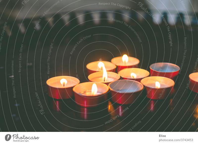 Brennende Opferkerzen in einer Kirche Gebet religiös Glaube Religion Kerzen rot brennen Kerzenlicht Christentum Religion & Glaube heilig beten Hoffnung