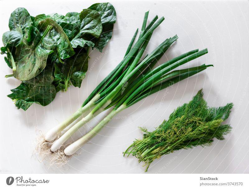 Frische Gartenkräuter über Marmortisch. Grün: grüne Zwiebeln, Dill und Spinat Farbe Sommer Top Ansicht flach legen veggies Gras Veganer Geschmack Vitamin essen