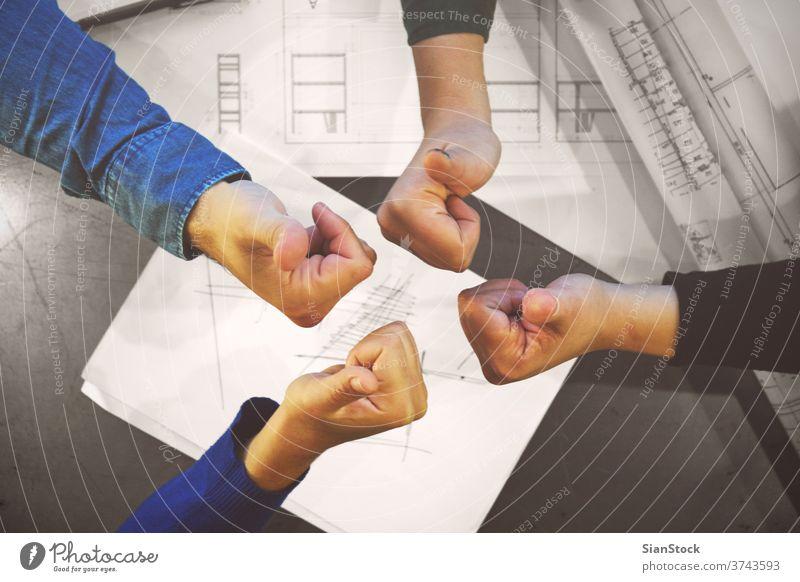 Erfolgreiches junges Geschäftsteam, das den Daumen nach oben streckt, um seinen Erfolg und seine Motivation zu zeigen, Nahaufnahme der erhobenen Hände Team