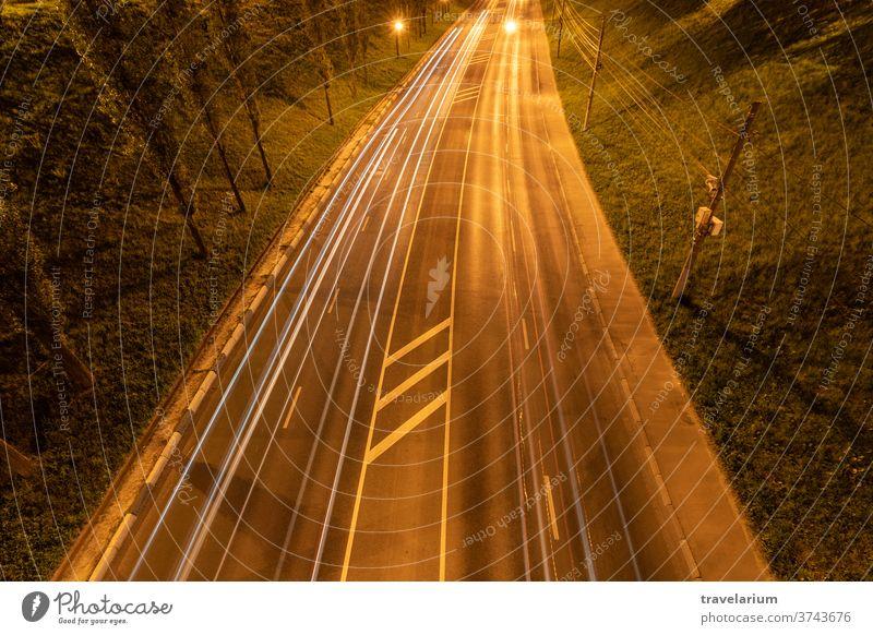 Nachtautobahn mit Autolichtstreifen. Nachtlicht-Malstreifen. Langzeitbelichtete Fotografie. Platz zum Kopieren Licht PKW retro winken Streifen Straße Weg