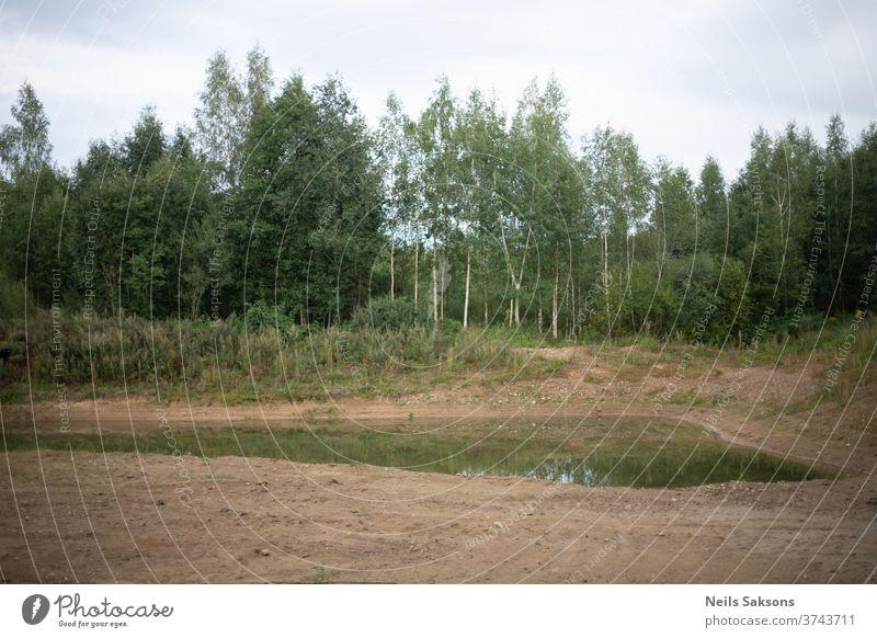 kleiner Teich in Kiesgrube in Waldnähe Wasser See Reflexion & Spiegelung Natur Baum Außenaufnahme Menschenleer Farbfoto Umwelt Landschaft Windstille