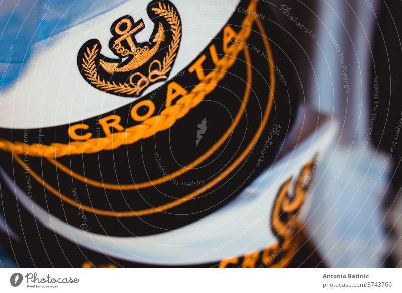 Traditioneller weißer Matrosenhut mit der Aufschrift Kroatien. Ankersymbol, das die Seestreitkräfte und die Verbindung mit der Adria darstellt mittelalterlich