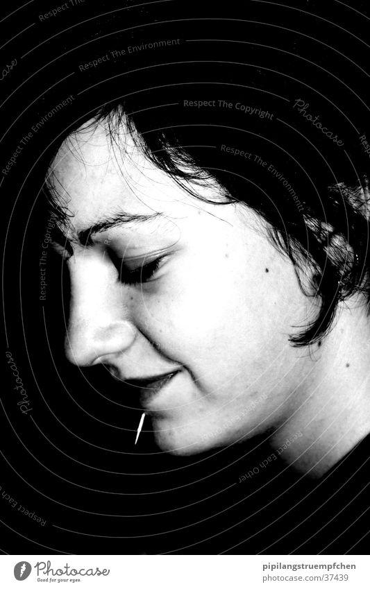 second scene 3 Frau Piercing verlegen Schwarzweißfoto dunkel/hell lachen