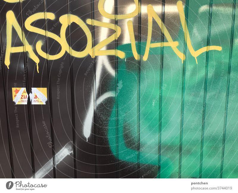 Asozial steht auf einem Garagentor. Graffiti. Gesellschaftskritik schmiererei aussage gesellschaftskritik Schriftzeichen illegal Text Buchstaben Wort Egoismus