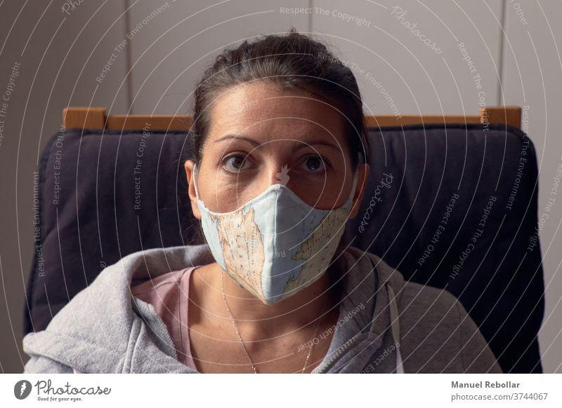 Frau mit Gesichtsmaske zu Hause Coronavirus Virus Mundschutz medizinisch Schutz Korona Infektion schützend Gesundheit Prävention Seuche Grippe Medizin Krankheit