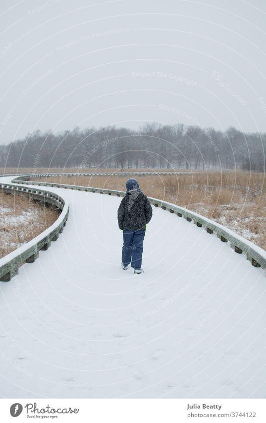 Kind läuft auf schneebedecktem Waldweg wolkig Wolken Einsamkeit allein Gras Urlaub Oregon Vereinigte Staaten Röhricht einheimische Pflanzen