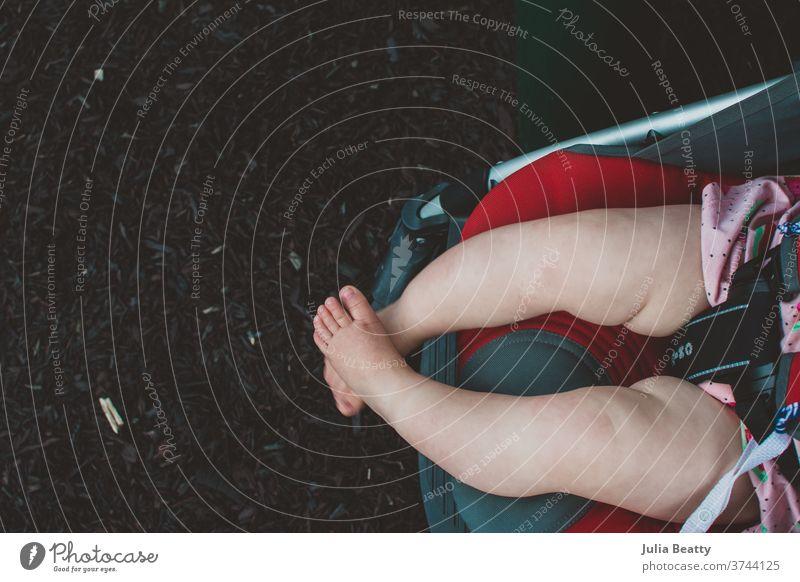 Babybeine, die aus dem Kinderwagen baumeln Säugling Beine Baby-Beine Fuß Zehen Barfuß Kleinkind Brötchen Fettbrötchen mollig 0-12 Monate schlendern Mensch Mulch