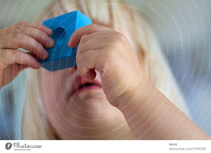 auf der Suche nach dem Durchblick Kind Kindheit Bauklotz Mädchen Kleinkind Kindererziehung Kindergarten Kinderspiel 1-3 Jahre Spielen Freude Experiment kuckloch
