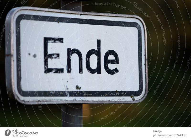 Ende - Aufschrift auf einem Schild Schriftzeichen Schilder & Markierungen Hinweisschild universell Schluss Beendigung zu Ende authentisch Schwache Tiefenschärfe