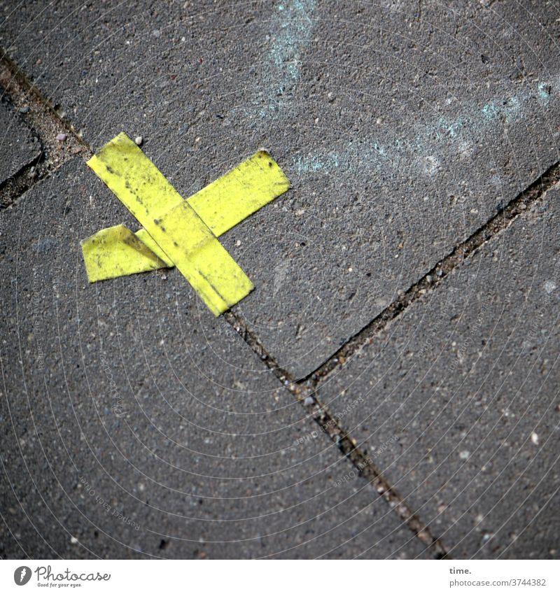 Trostpflaster muster struktur verlassen skurril urban markierung marktplatz gehwegplatte kreuz textil klebestreifen linie befestigung hinweis trashig kaputt