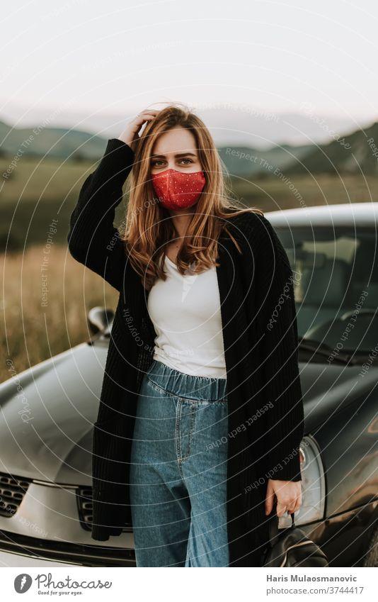Junge Frau mit Maske bei Solo-Abenteuern in der Natur attraktiv Auto schön PKW Kaukasier Laufwerk Fahrer Gesichtsmaske modisch Fröhlichkeit Glück Reise