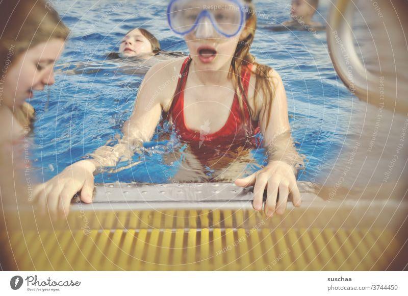 kind mit taucherbrille am beckenrand eines schwimmbades Kind Mädchen Beckenrand Schwimmbad nass Wasser schwimmen Schwimmunterricht tauchen Schwimmen & Baden