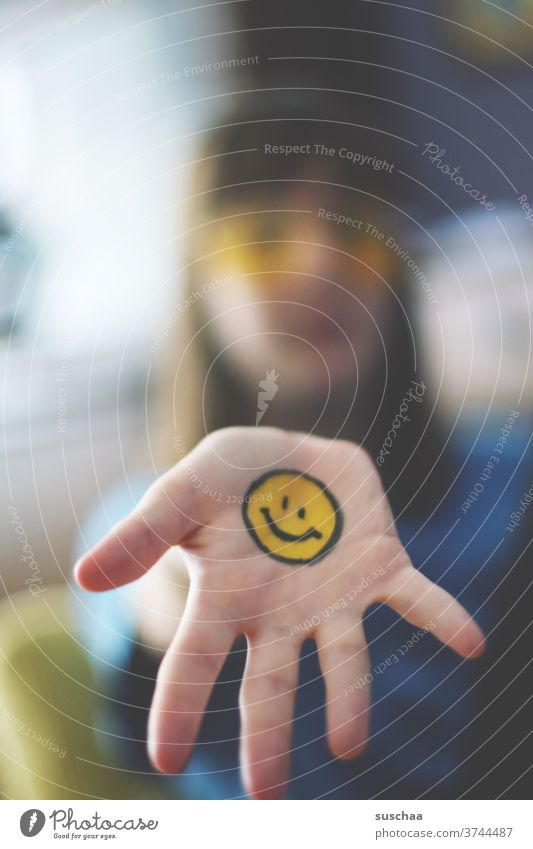 jugendliche mit aufgemaltem smiley auf der hand Smiley Emotiocon Emoji Zeichen Gesicht Fröhlichkeit lachen Lächeln Gefühle lustig Lebensfreude Optimismus
