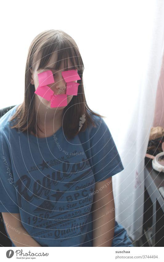 jugendliche mit vielen post-its im gesicht Jugendliche junge Frau Teenager Blödsinn machen Gesicht Papier Zettel Post-its kleben im Gesicht ohne Text