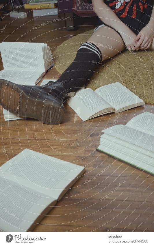 bein eines teenagers und einigen büchern drumherum Teenager Bein Fuß lesen lernen Schule Bildung Bücher Lesestoff Lernstoff Literatur Buch Wissen Studium Papier