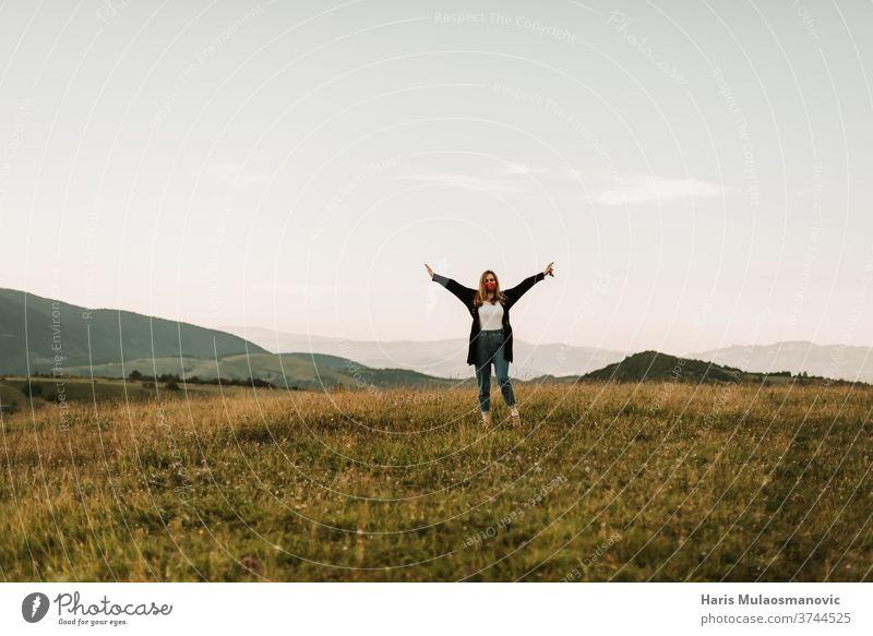 Frau mit Maske allein im Berg auf dem Weg zu einem neuen Abenteuer attraktiv Rucksack schön wunderschöne Landschaften schöne Frau Schönheit Kaukasier heiter