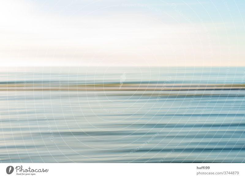 ruhiger weicher Wellengang mit Sonnenlicht - die Bewegung der Kamera schafft Ruhe Langzeitbelichtung abstrakt Brandung Wellenlinie Dünung Bewegungsunschärfe