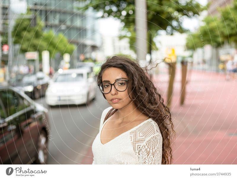 junge Frau in der Stadt fröhlich Verkehr lachen porträt Schönheit Strasse entspannt glücklich city Glück single lächeln optimistisch Zuversicht Vergnügen