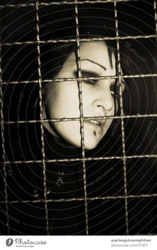 captured Frau Einsamkeit dunkel Traurigkeit Trauer Schmerz gefangen Gitter