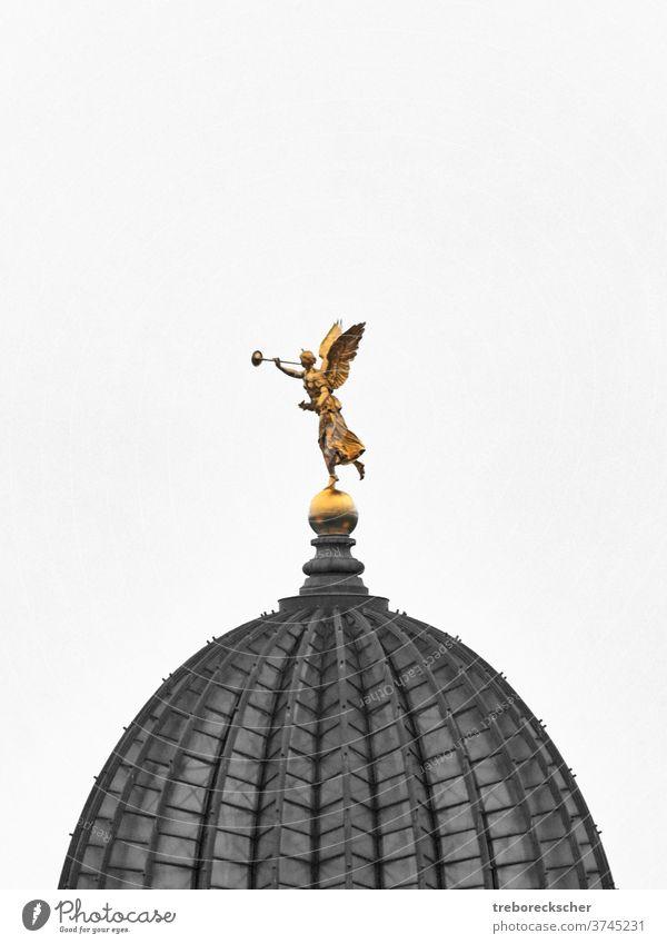 Goldene Skulptur Fama oder Pheme auf der Kuppel der Sächsischen Kunstsammlung in Dresden fama Ausschnitt schwarz-weiß farbig gold golden pheme copyspace