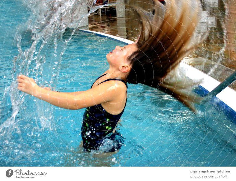 Damit das Wasser fliegen lernt! Schwimmbad Mädchen Badeanzug nass Frau haare in die luft werfen spritzen schwimmen. spass kleine schwester