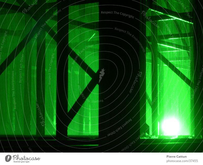 Grünes Gebälk grün dunkel Regen Architektur Nebel Surrealismus