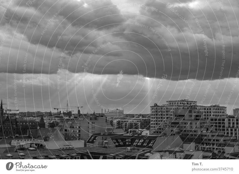 der Himmel über Kreuzberg Berlin Skyline Hauptstadt Schwarzweißfoto Großstadt Deutschland Stadtzentrum Architektur Haus modern Neubau Menschenleer Textfreiraum