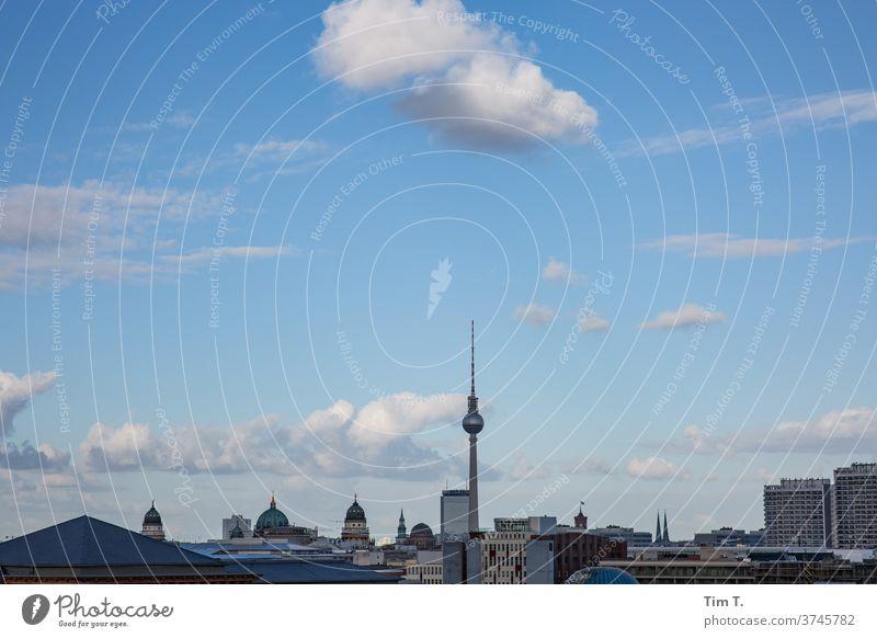 auf nem Dach von Berlin Berliner Fernsehturm Architektur Turm Himmel Wahrzeichen Hauptstadt Stadtzentrum Sehenswürdigkeit Bauwerk Außenaufnahme Farbfoto