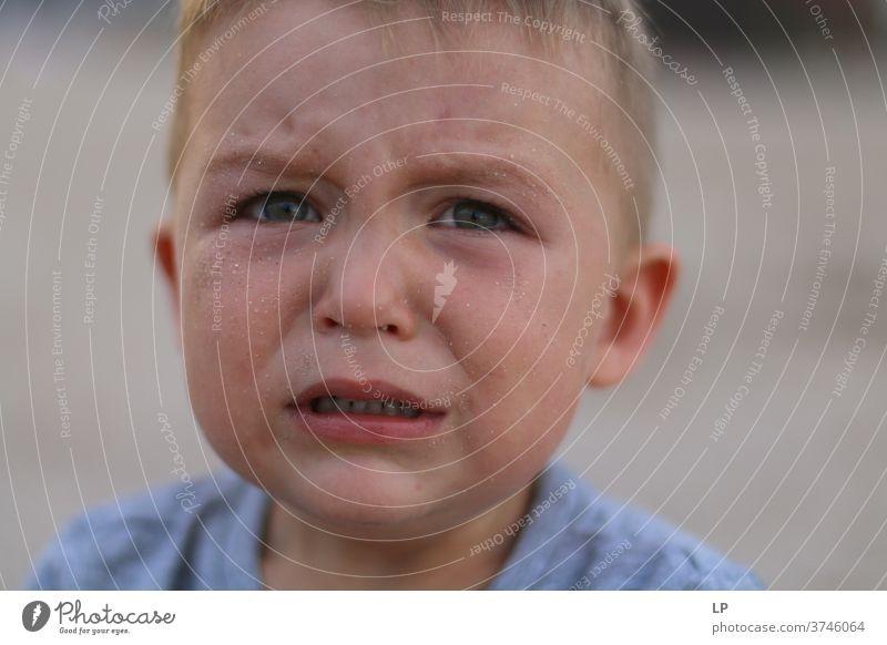 besorgtes Kind mit einer Träne im Gesicht weinen Krise Waisenhaus Verlassen links Häusliche Gewalt aufschlagen Konfliktmanagement zerbeult wehtun Würde