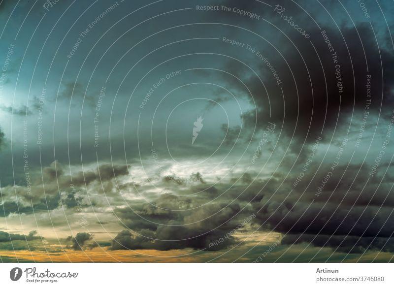 Sonnenuntergangshimmel und graue und goldene Wolken. Grauer Himmel und flauschige Wolken. Donner und Gewitterhimmel. Trauriger und launischer Himmel. Toter abstrakter Hintergrund. Wolkenlandschaft. Friedlicher und ruhiger Hintergrund. Schönheit in der Natur.