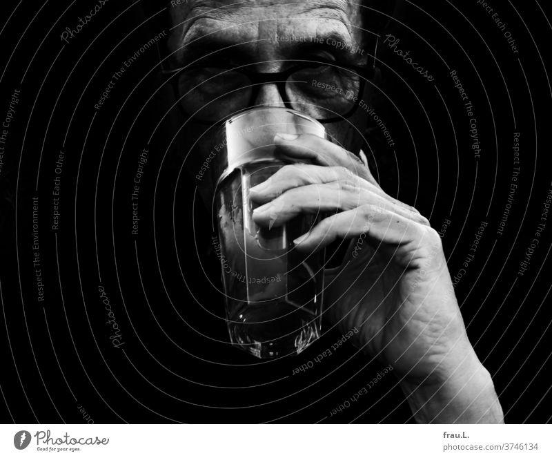 Der Durst war groß, und so trank der Mann sein Glas Tee auf ex. Balkon Dachterrasse Sommer trinken Brille Hand Finger Nacht dunkel
