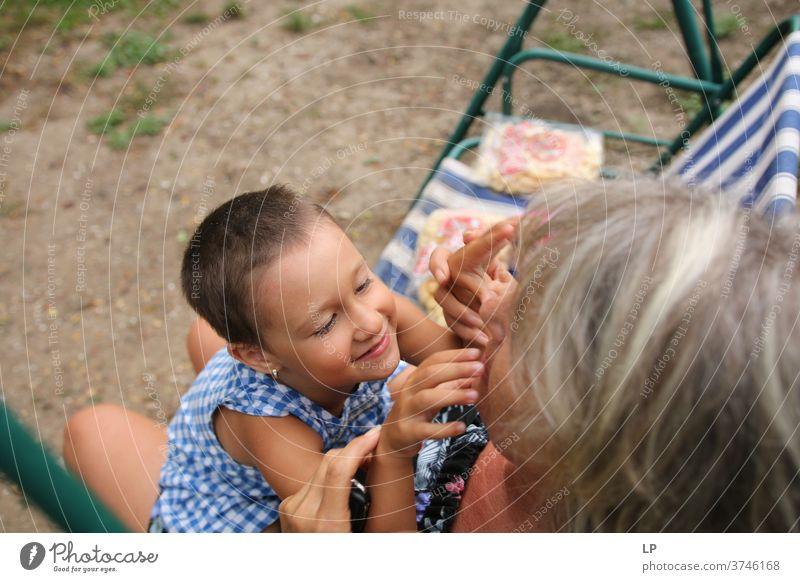 reife Frau, die ein Baby im Arm hält, spielt und lacht Kindererziehung Blick Porträt Außenaufnahme Mitteilung lustig Selbstständigkeit Kontakt Frieden Erfahrung
