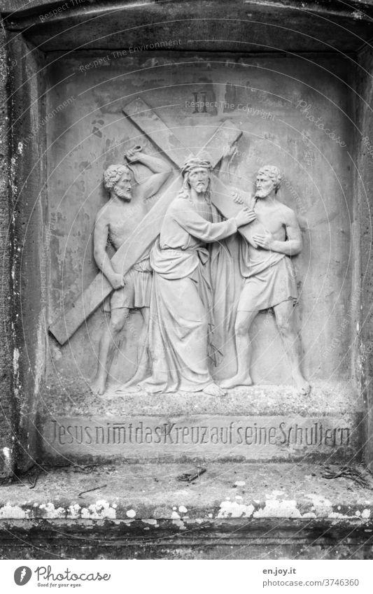 lebensnotwendig | Glaube, Liebe, Hoffnung - Jesus nimmt das Kreuz auf seine Schultern Jesus Christus Glaube & Religion Kreuzigung Bildstock Stein gemeißelt