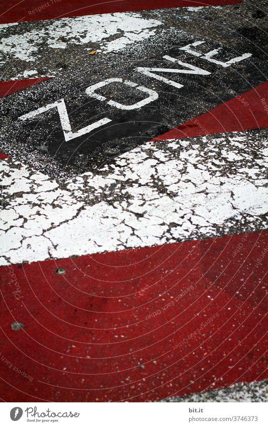 Schriftzug: Zone, als Fahrbahnmarkierung, auf der Straße Verkehr Verkehrswege Wege & Pfade Straßenverkehr Autofahren Stadt Verkehrszeichen Verkehrsschild